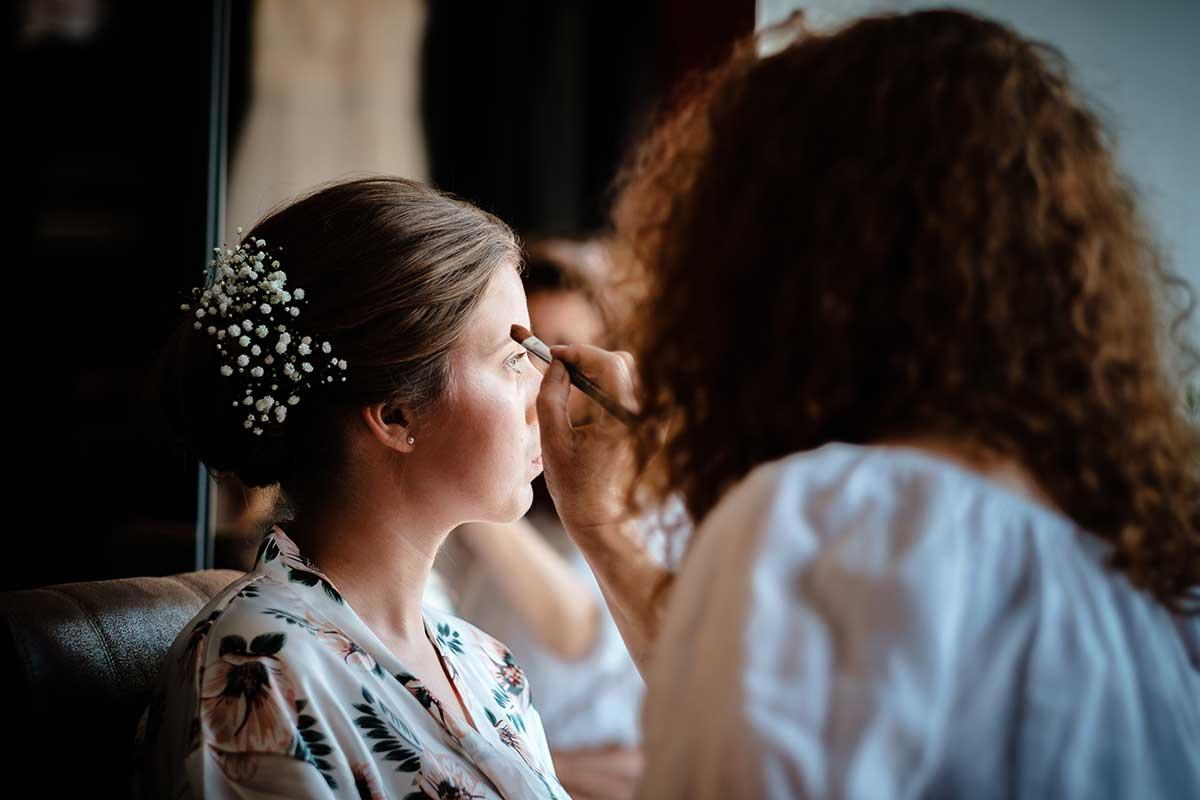 Braut mit Schleierkraut im Haar beim Getting Ready