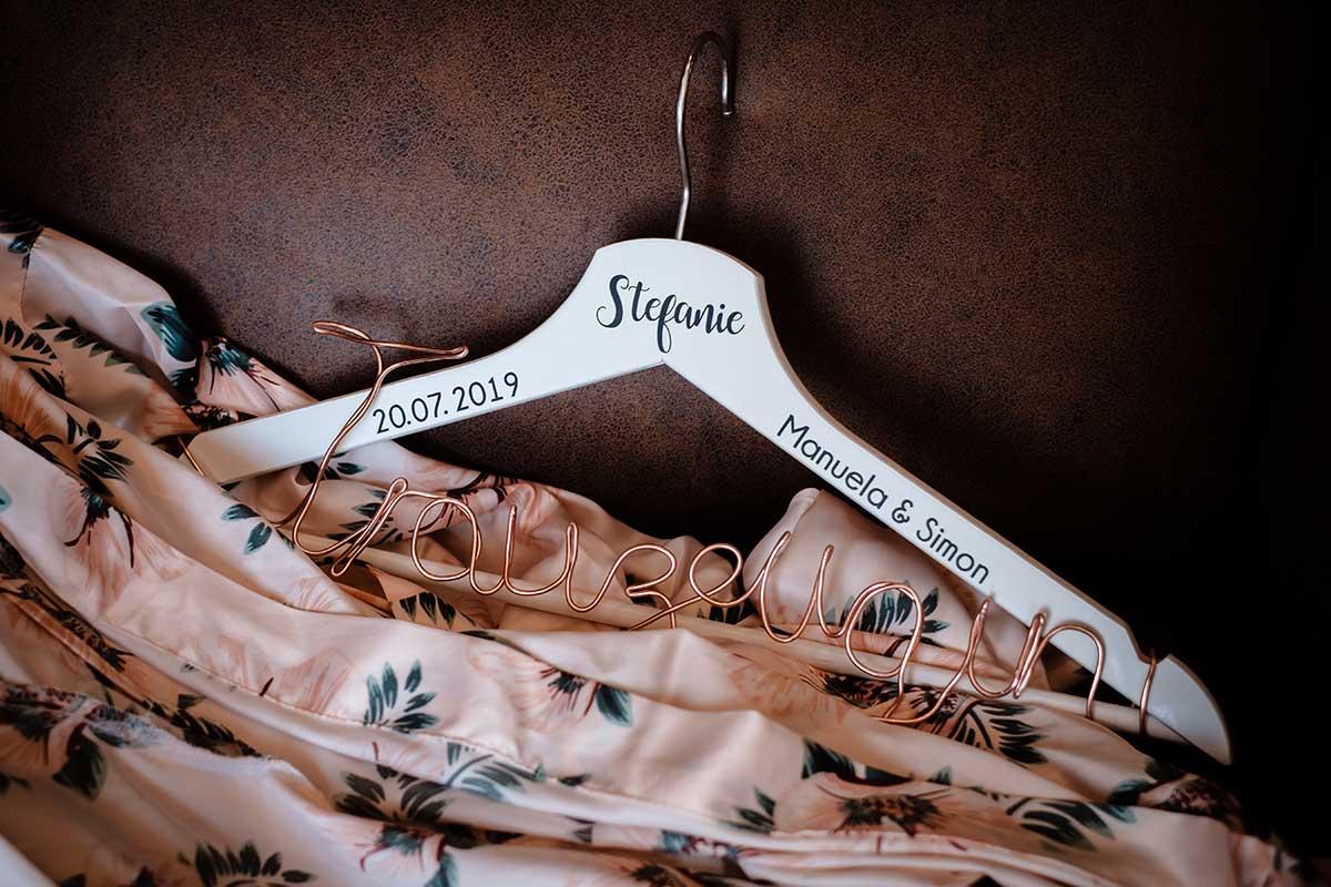 Personalisierter Kleiderbügel für die Trauzeugin