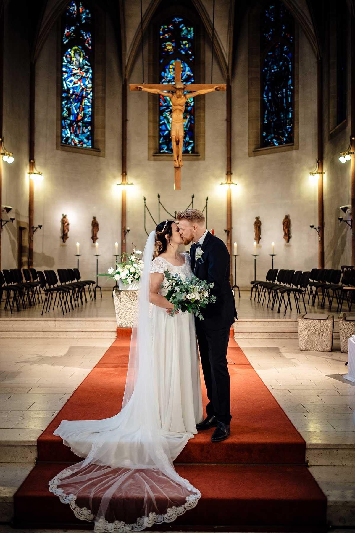 Braut und Bräutigam nach der Trauung in der Kirche