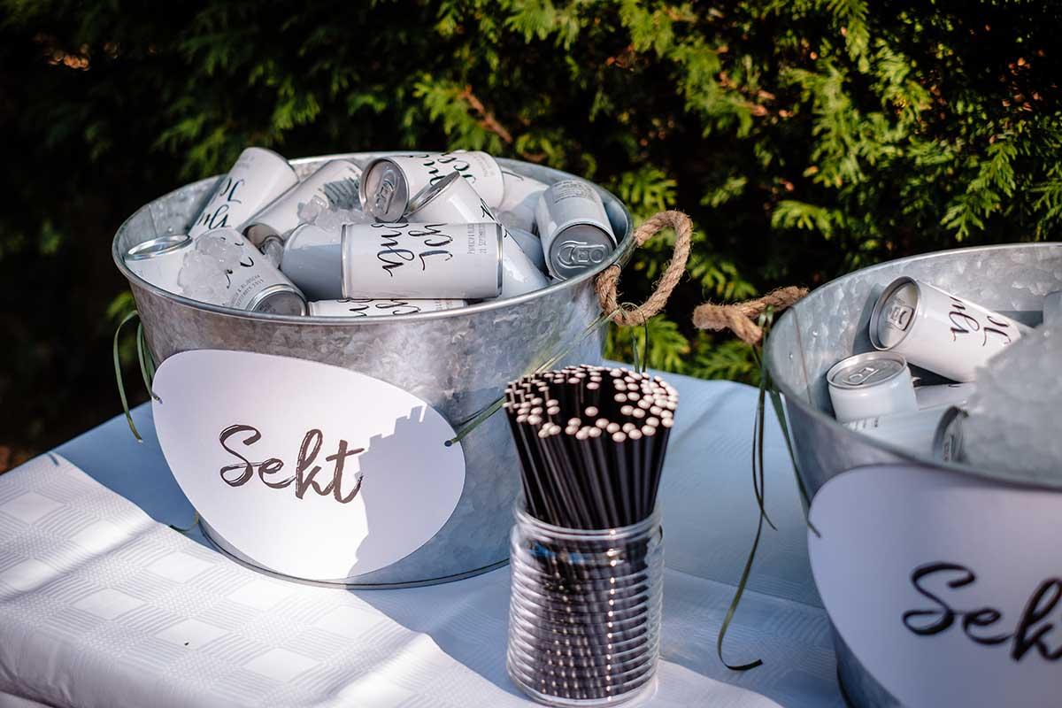 Sektdosen mit Strohhalmen bei der Hochzeit