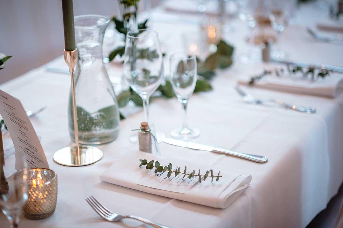 Tischdeko bei der Greenery & Gold Hochzeit im Landhaus Grum in Hattingen