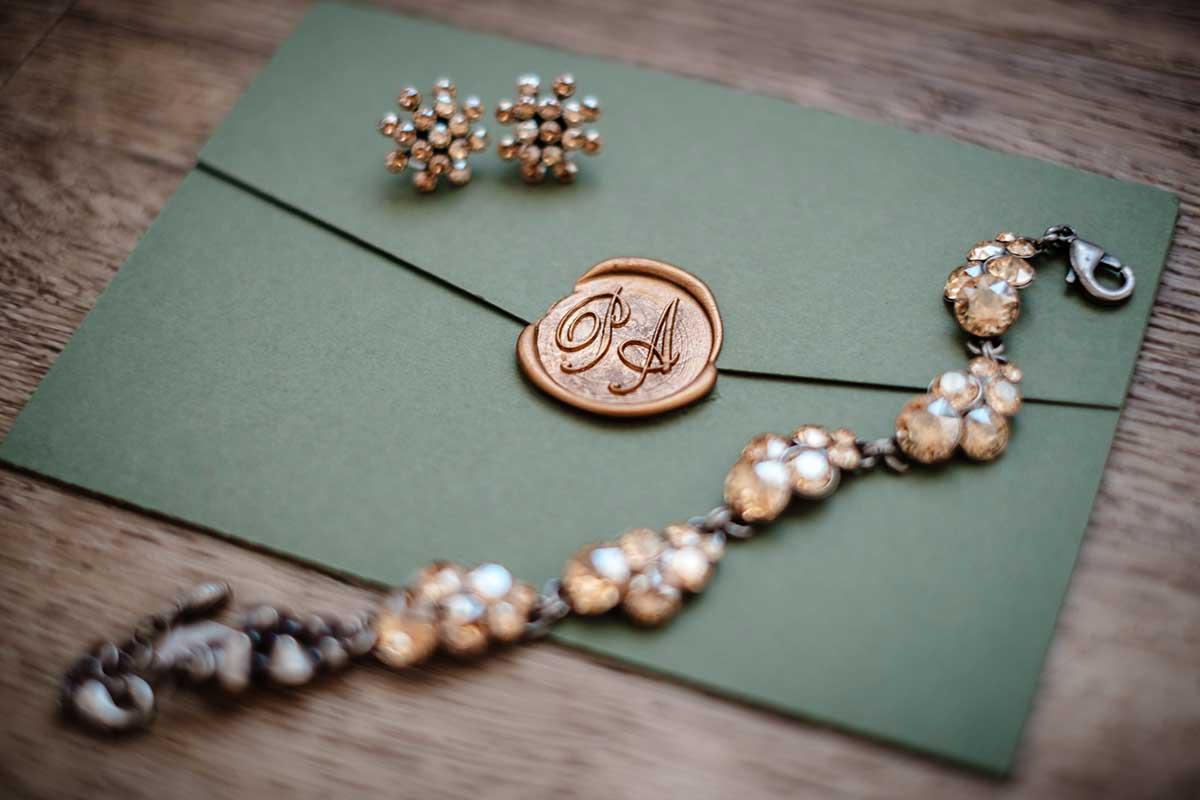 Siegel auf dem Umschlag der Hochzeitseinladung