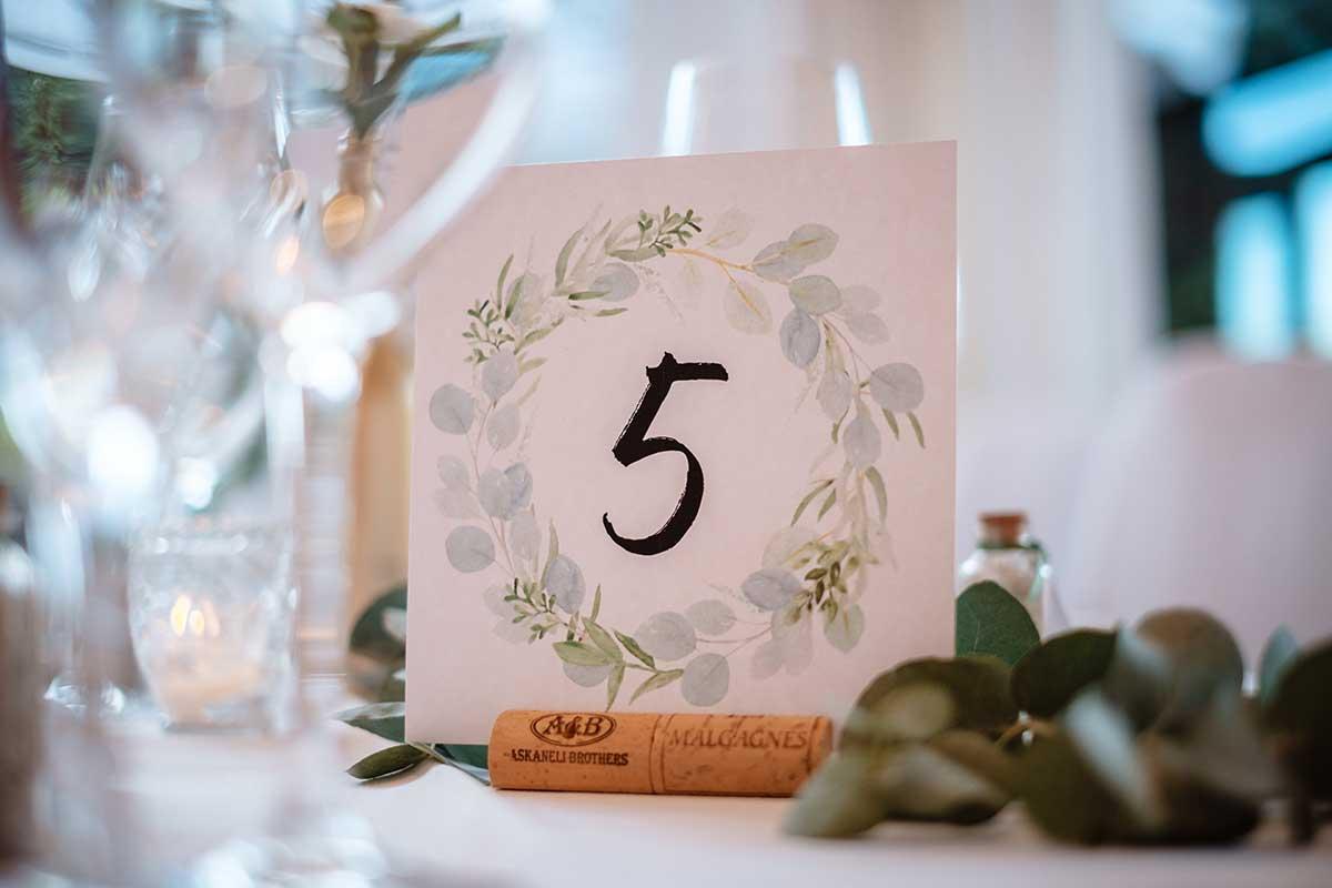 Korken als Halterung für die Tischnummer bei der Hochzeit