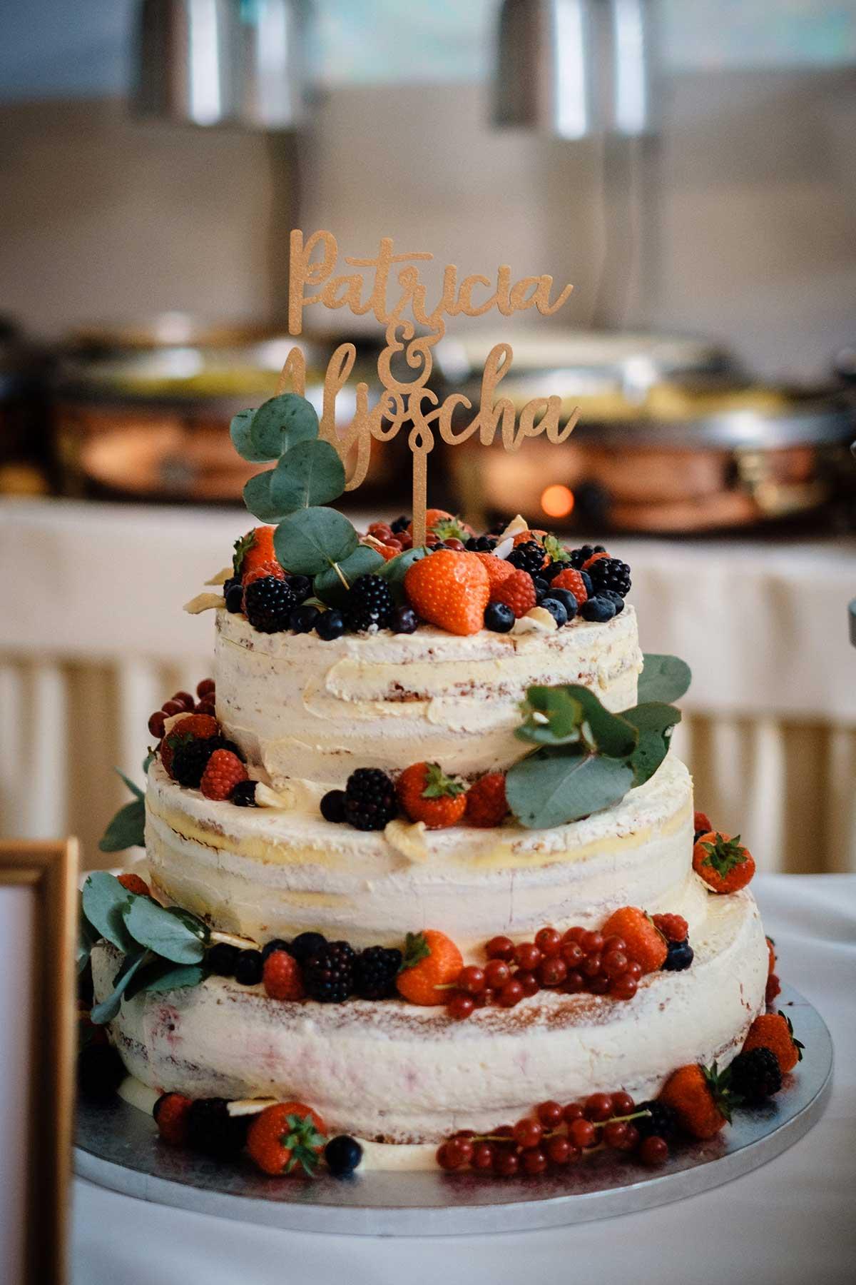 Seminaked Cake mit Früchten und Eukalyptus