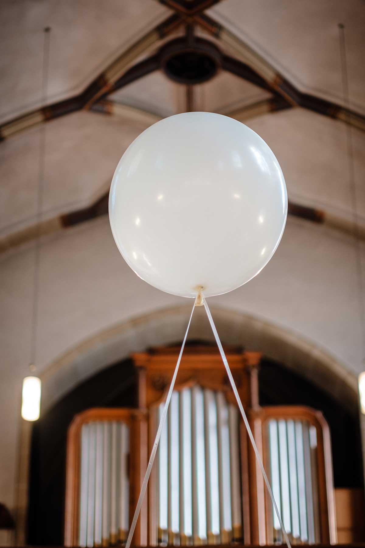 Große Luftballons zur Dekoration in der Kirche