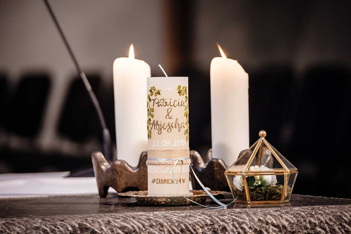Hochzeitskerze bei der Greenery und Gold Hochzeit im Landhaus Grum in Hattingen