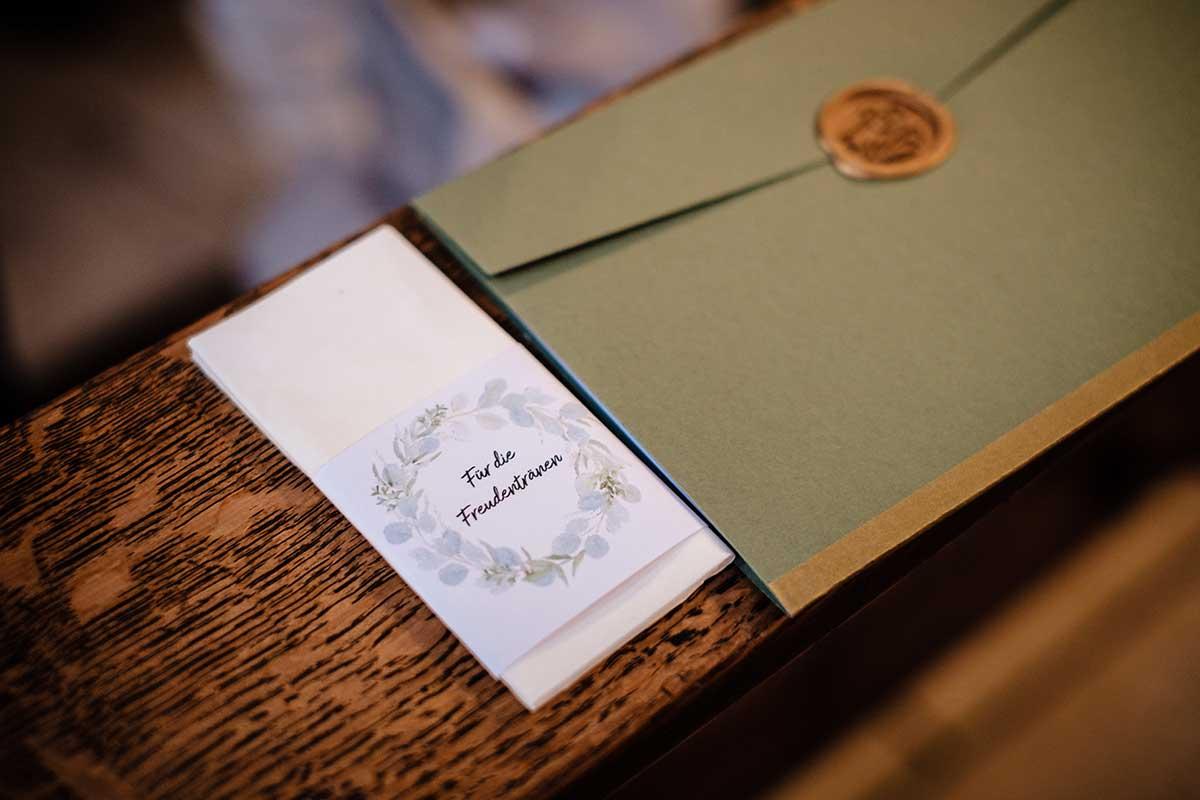 Freudentränen bei der Kirchenheft bei der Greenery und Gold Hochzeit im Landhaus Grum in Hattingen