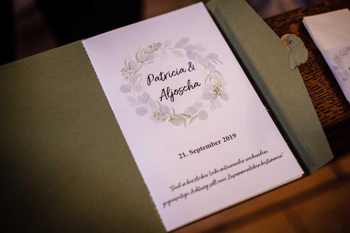 Kirchenheft bei der Greenery und Gold Hochzeit im Landhaus Grum in Hattingen