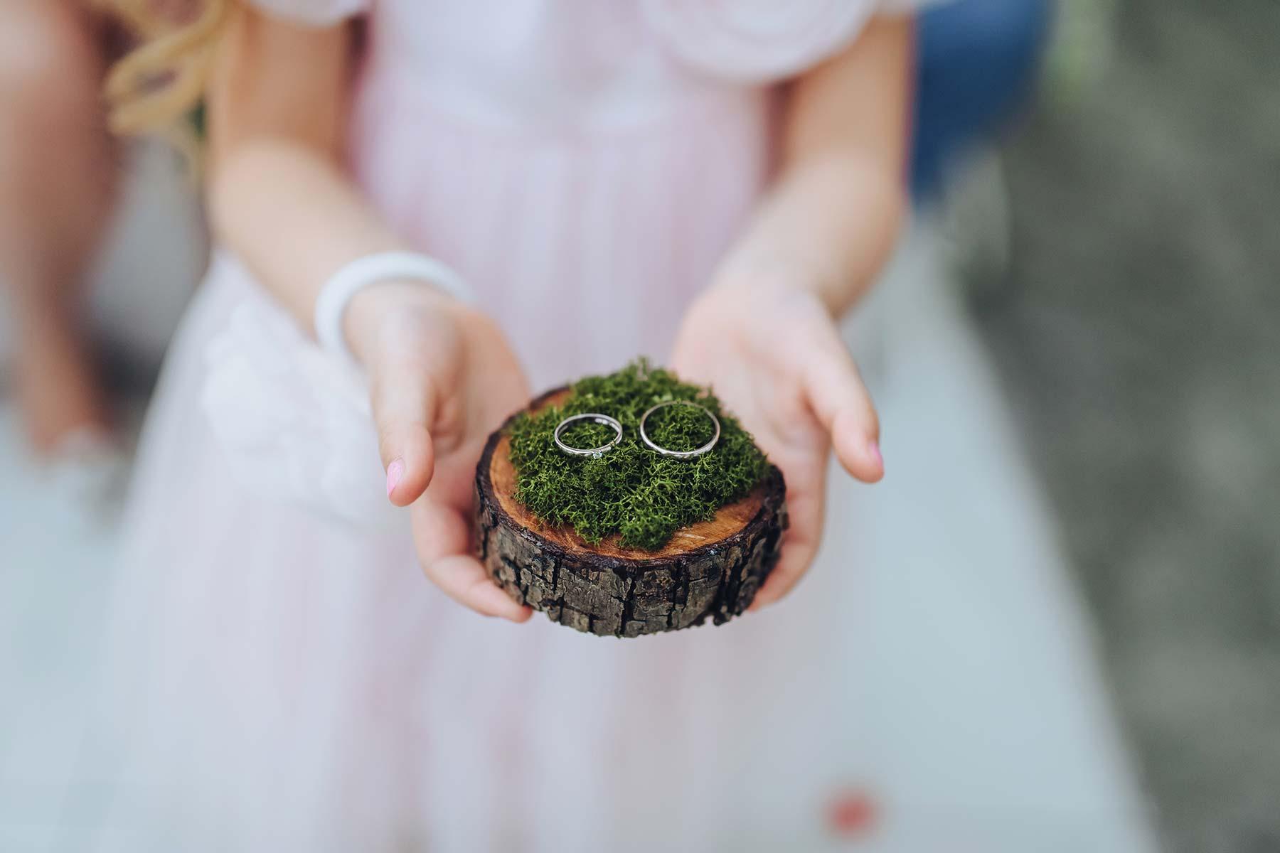 Ringtablett aus einem Baumstamm mit Moos