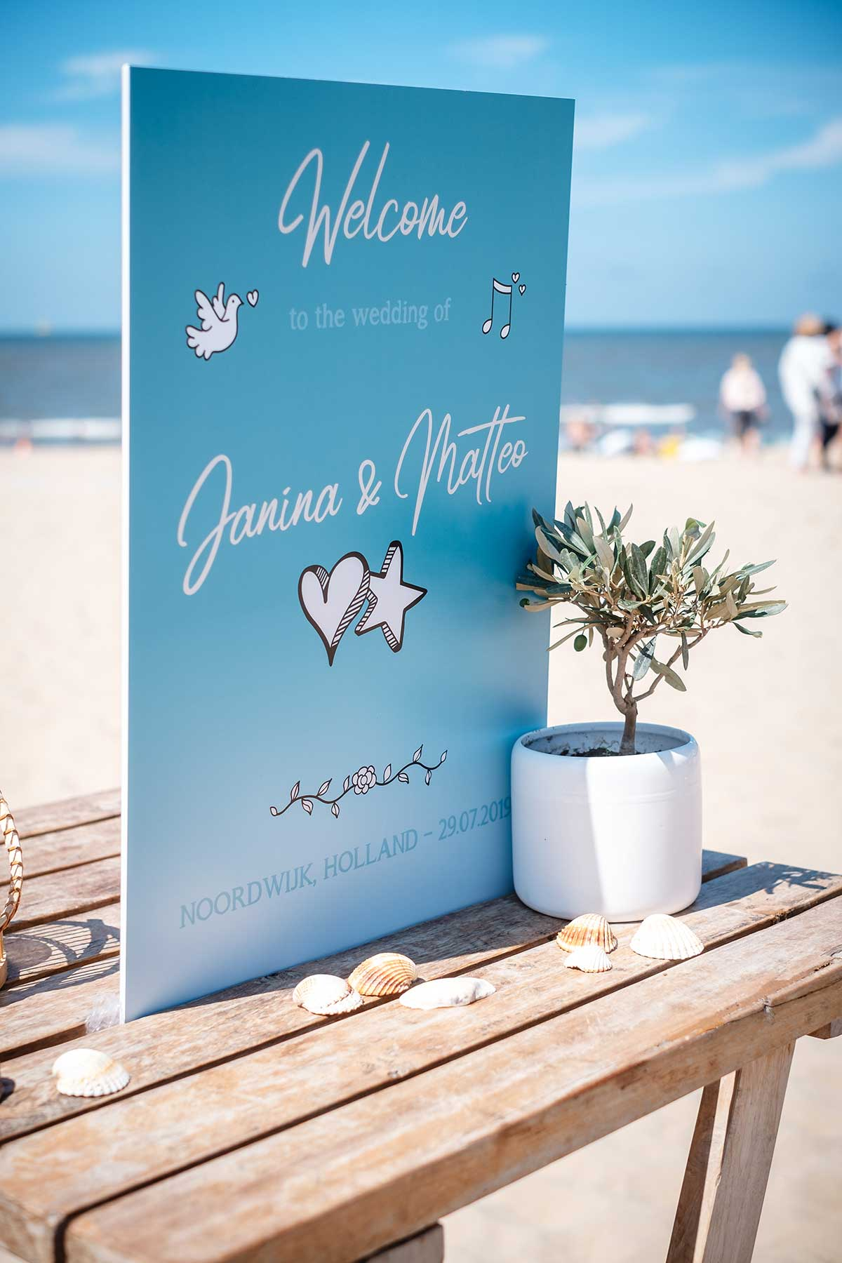 Willkommensschild bei der maritimen Hochzeit am Strand