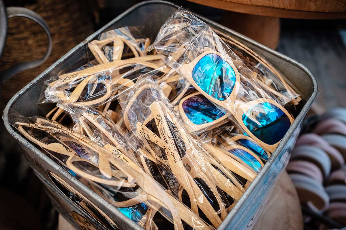 Sonnenbrillen für die Gäste bei der maritimen Hochzeit