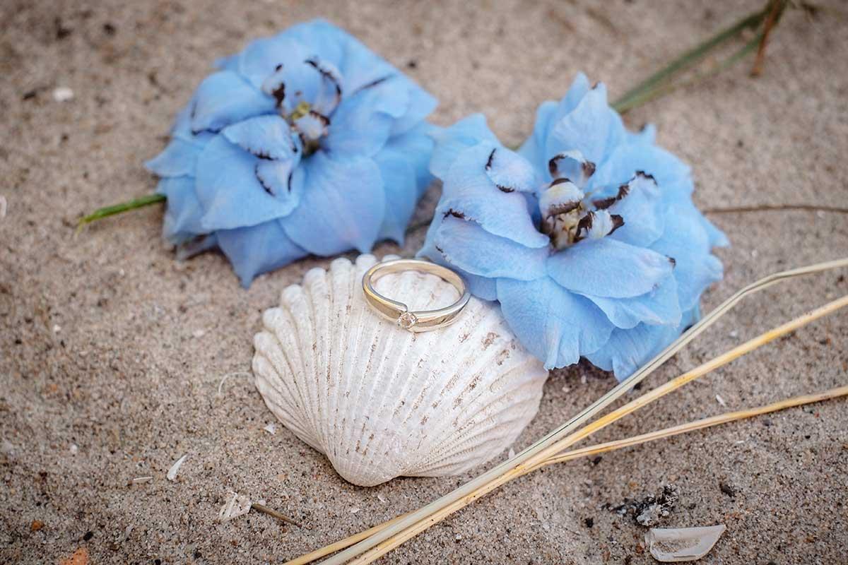 Ehering auf einer Hochzeit bei der maritimen Hochzeit