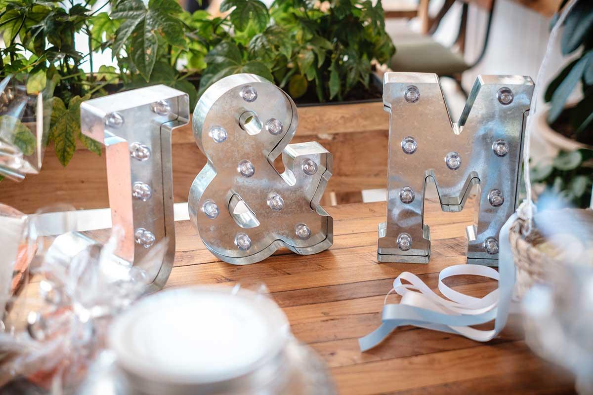 LED Leuchtbuchstaben mit den Initialien von Braut und Bräutigam