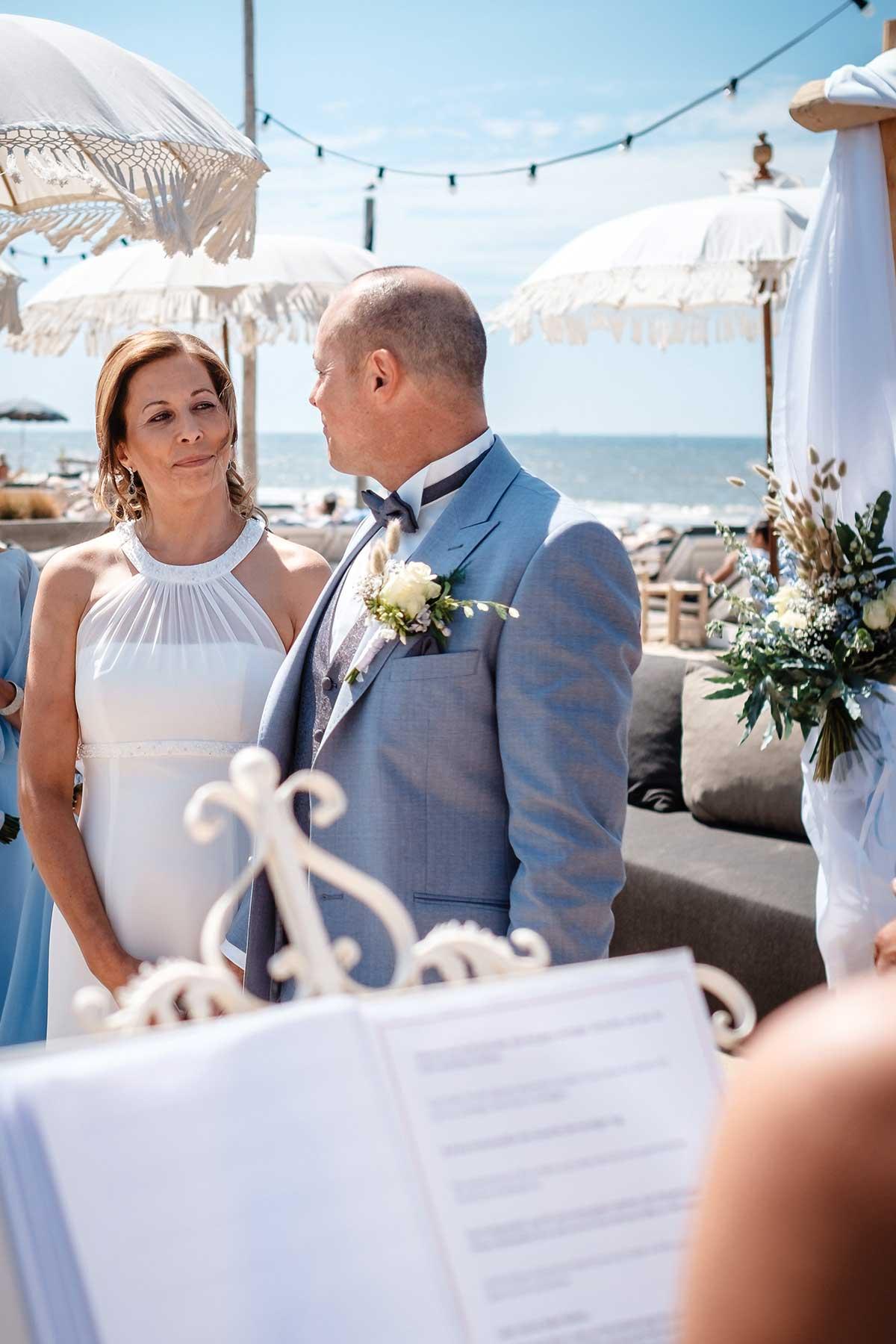 Braut und Bräutigam während der Trauung am Strand