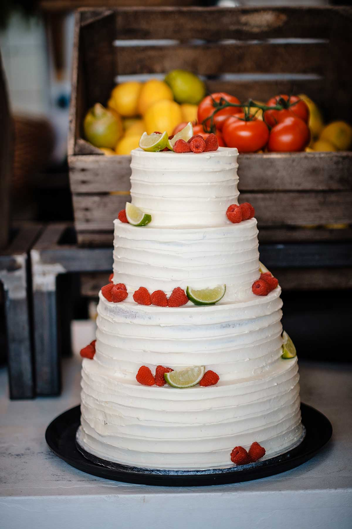 Mit frischen Früchten dekorierte Hochzeitstorte