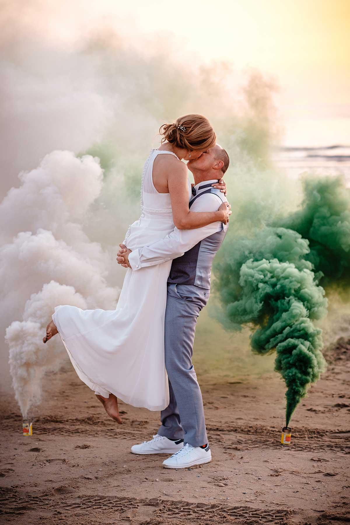Brautpaar-Fotoshooting mit Rauchbomben