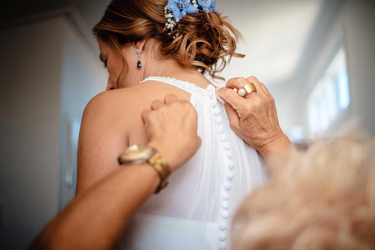 Braut beim Getting Ready der Hochzeit am Strand