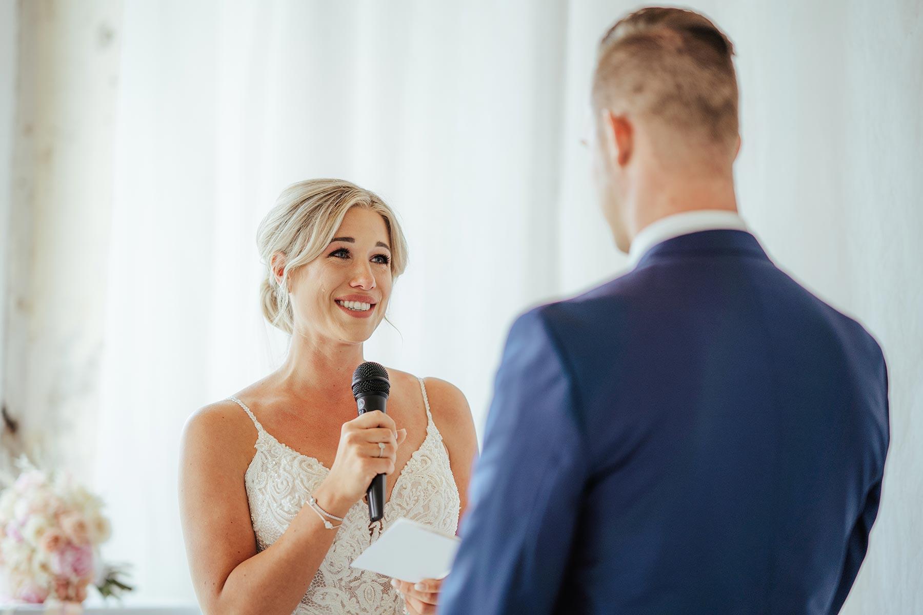 Als Brautpaar gegenseitig Ehegelübde vortragen