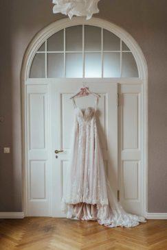 Brautkleid am Kleiderbügel beim Getting Ready