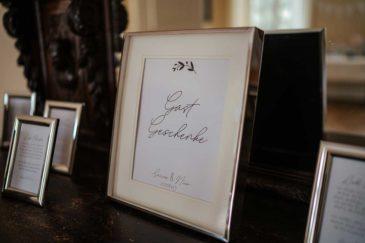 Schild bei der Hochzeit im Bilderrahmen