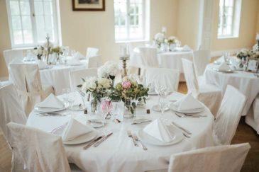 Tischdeko in Rosa und weiß mit Rosen