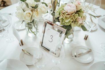 Tischnummer bei der Hochzeit in einem eleganten Bilderrahmen