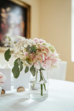 Blumen bei der Tischdeko in Rosa und weiß mit Rosen