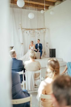 Braut und Bräutigam bei der Trauung im Schlosshotel Diersfordt