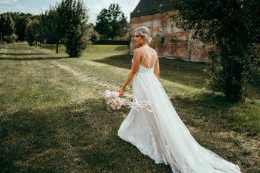 Braut mit Brautstrauß beim Fotoshooting