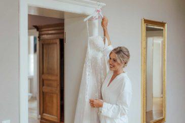 Braut kurz bevor sie ihr Brautkleid anziehen wird