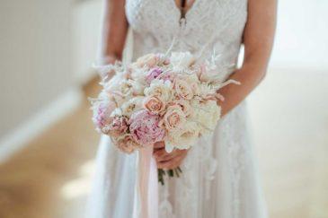 Brautstrauß aus weißen und rosa Rosen und Pfingstrosen