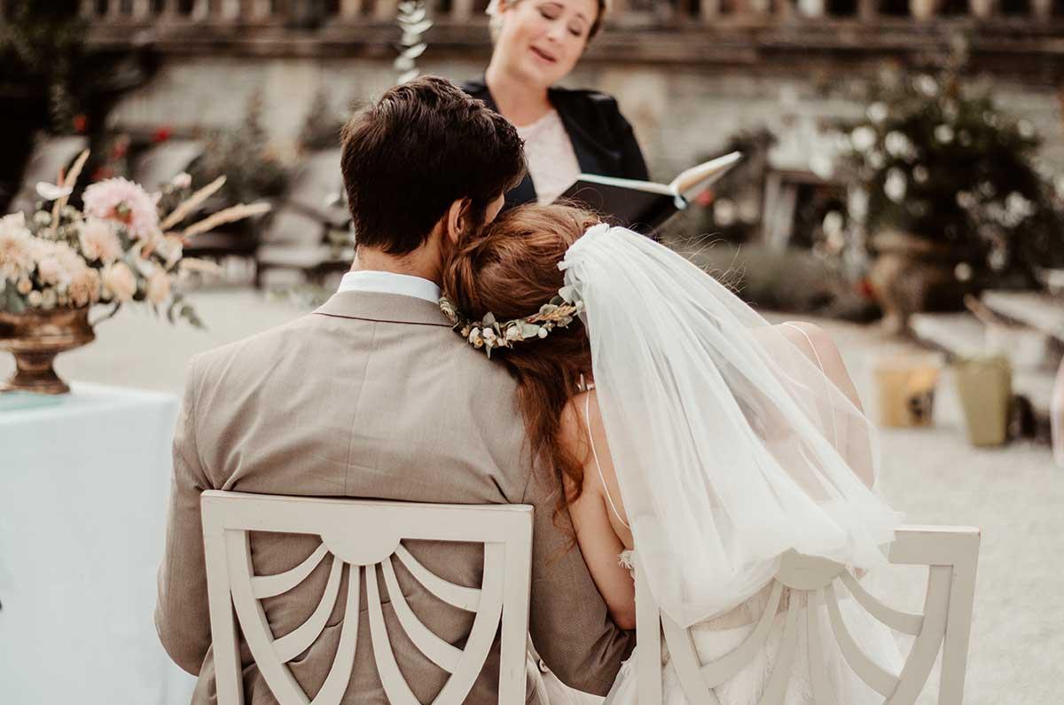 Braut und Bräutigam bei der freien Trauung