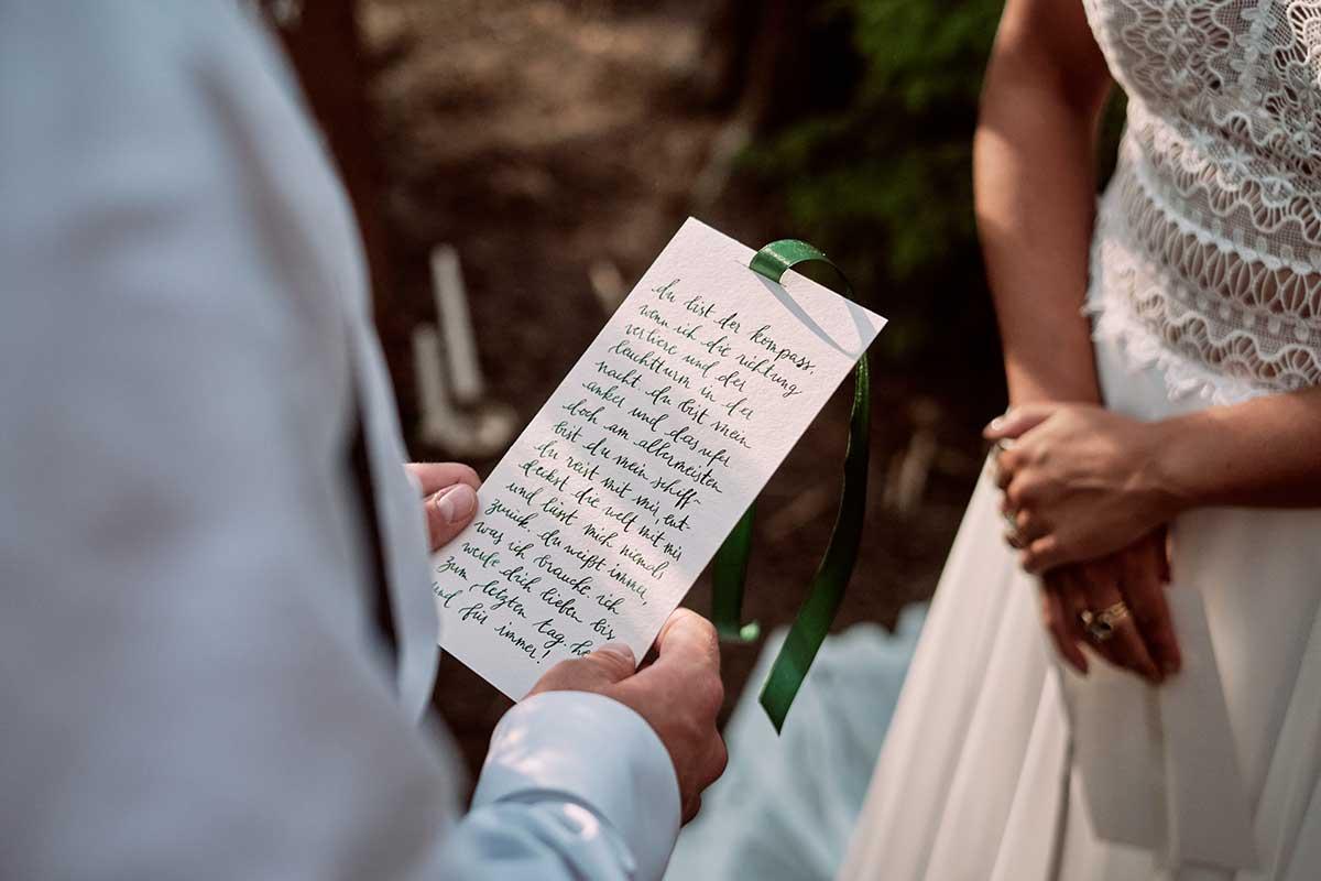 Bräutigam liest Braut Eheversprechen vor