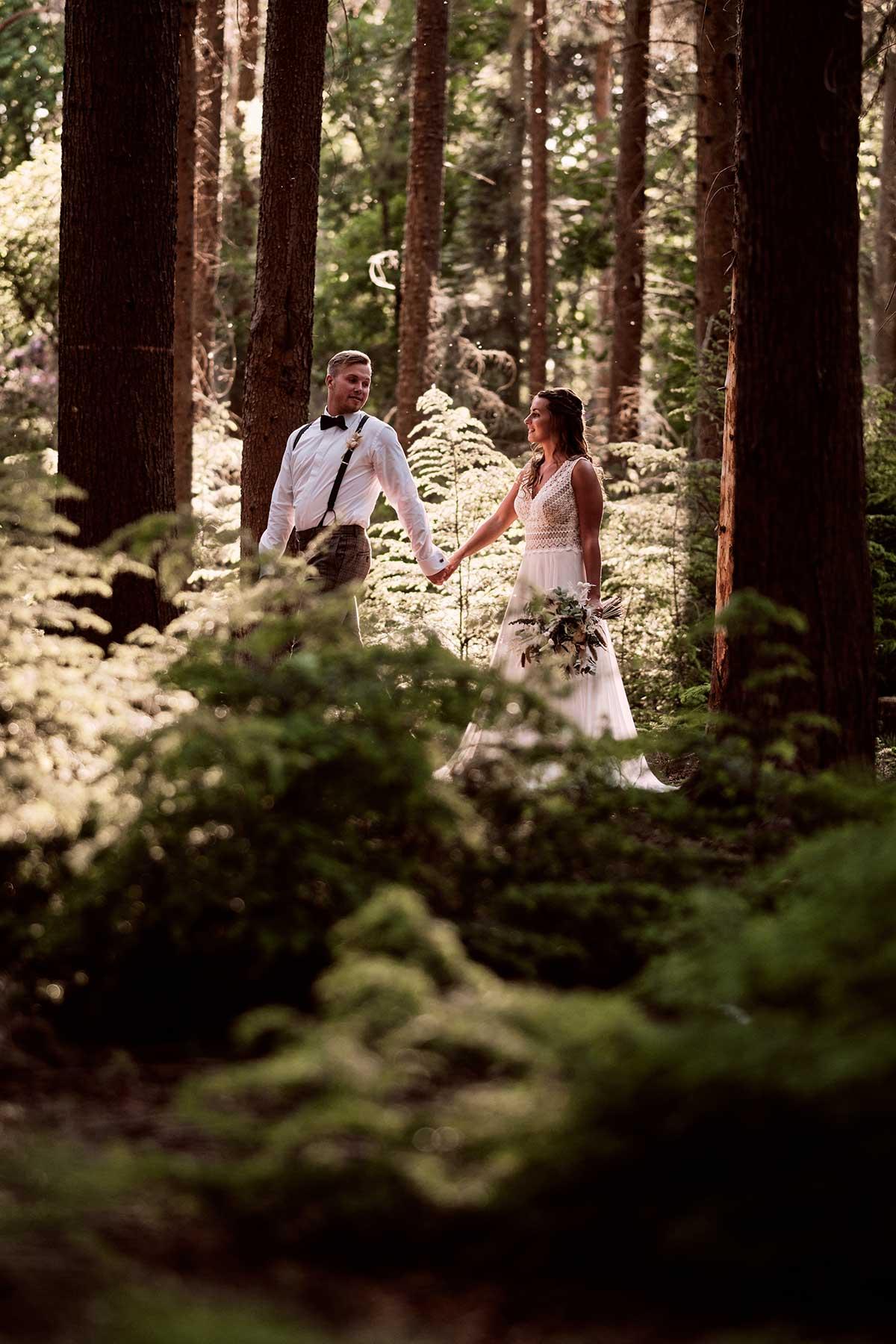 Braut und Bräutigam bei der Waldhochzeit