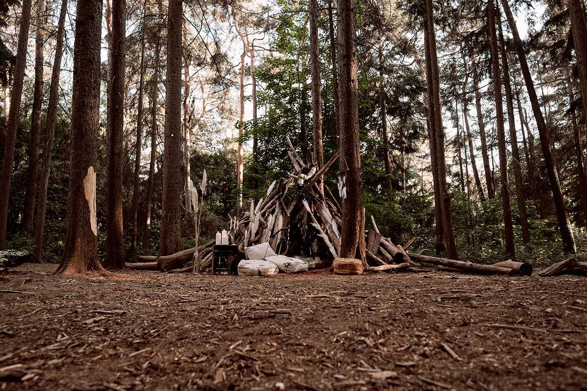 Dekoration bei der Hochzeit im Wald