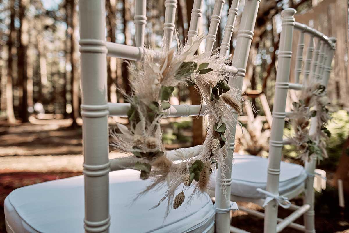 Stühle für Braut und Bräutigam bei der Waldhochzeit