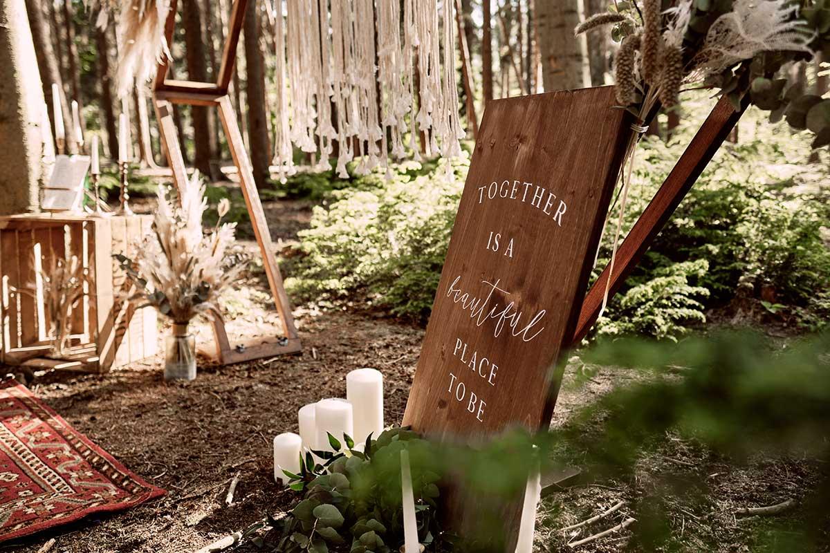 Holzschild bei der Waldhochzeit inmitten der Natur