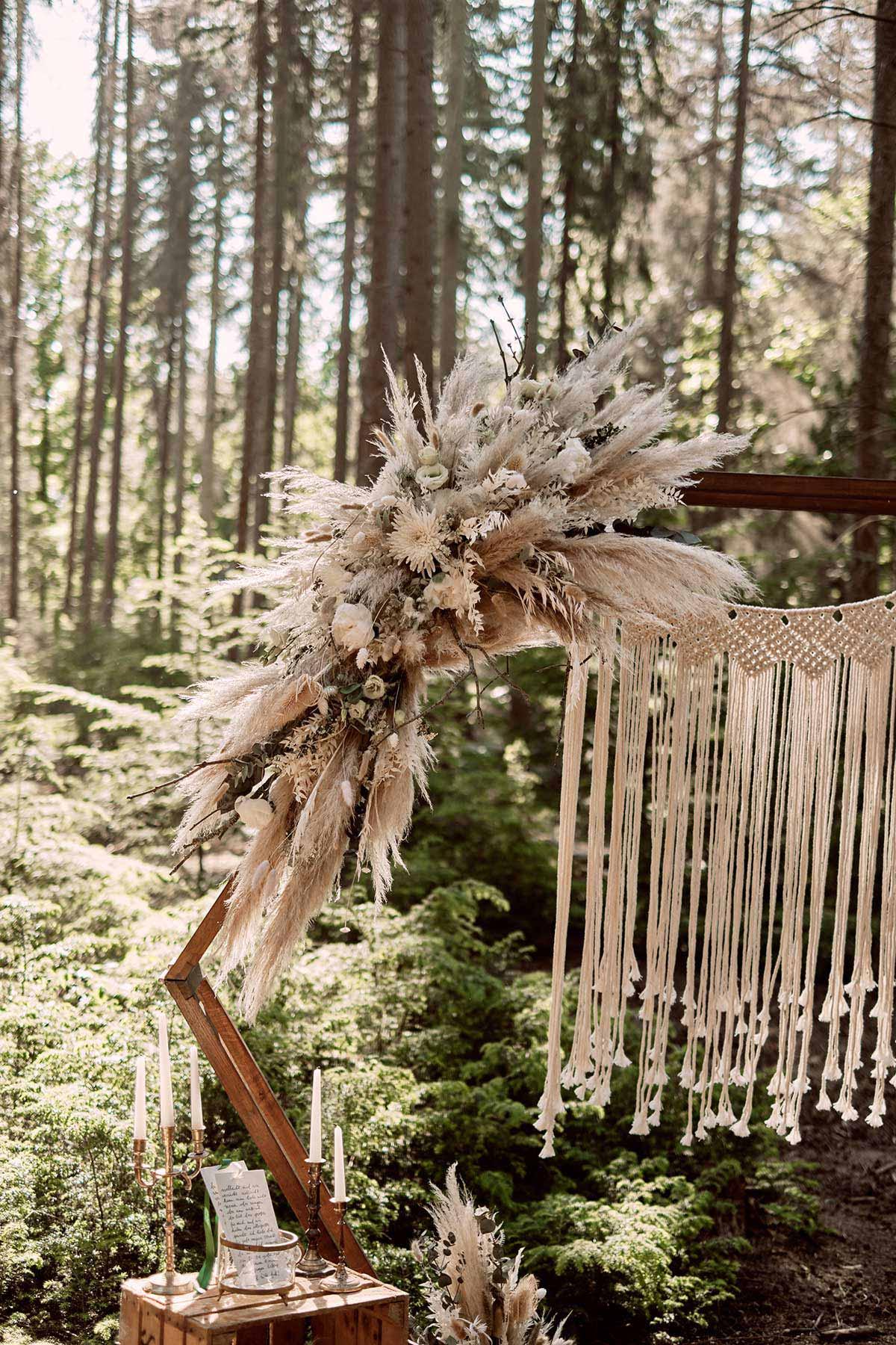 Dekoration mit Trockenblumen bei der Waldhochzeit