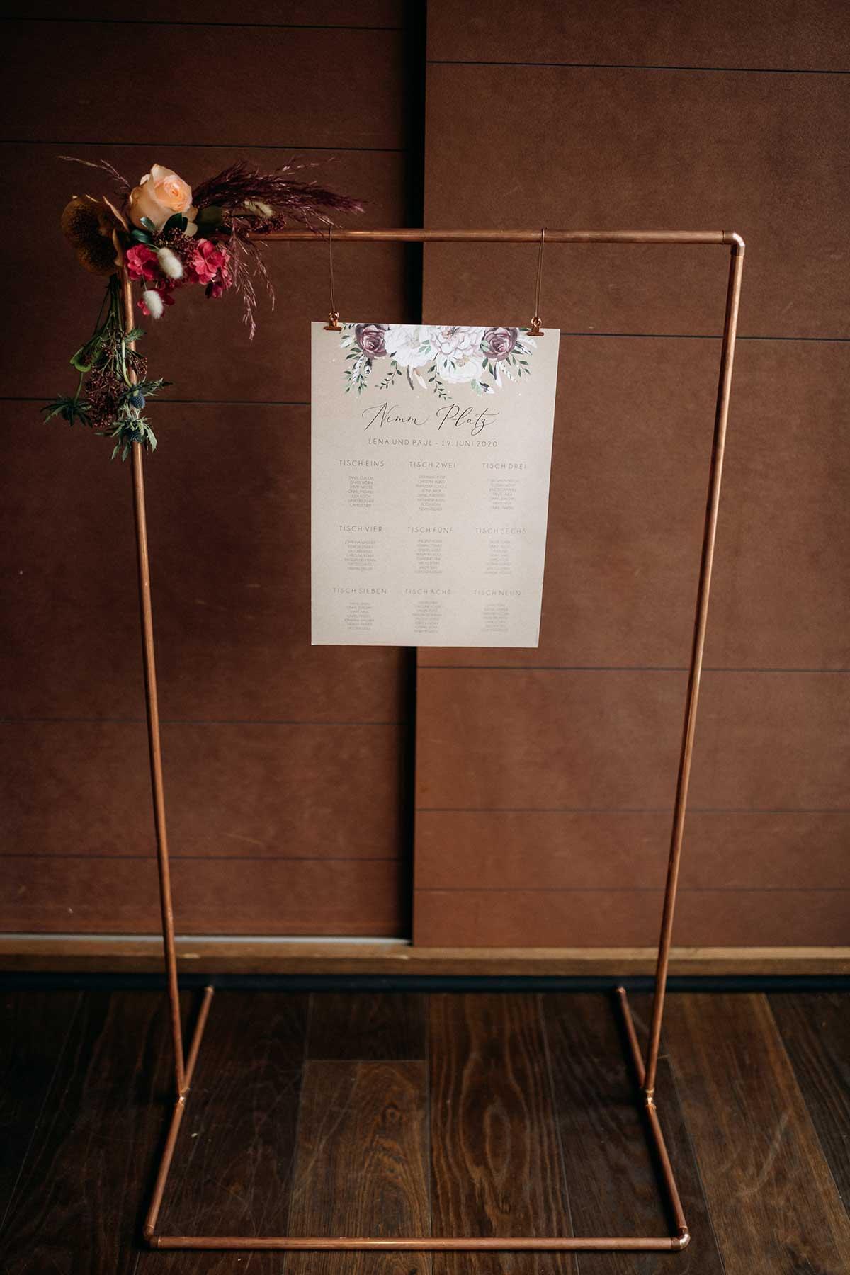 Sitzplan in einem Rahmen aus Kupferrohren aufgehängt