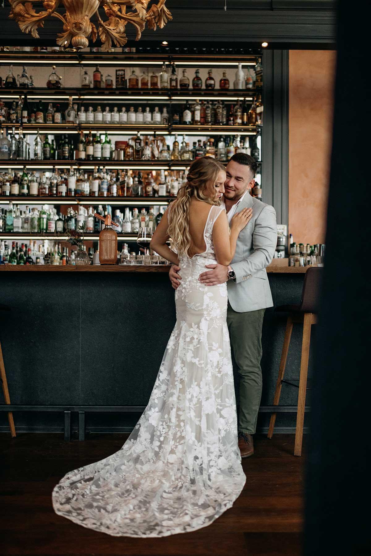 Braut mit Bräutigam im Bootshaus Hafencity