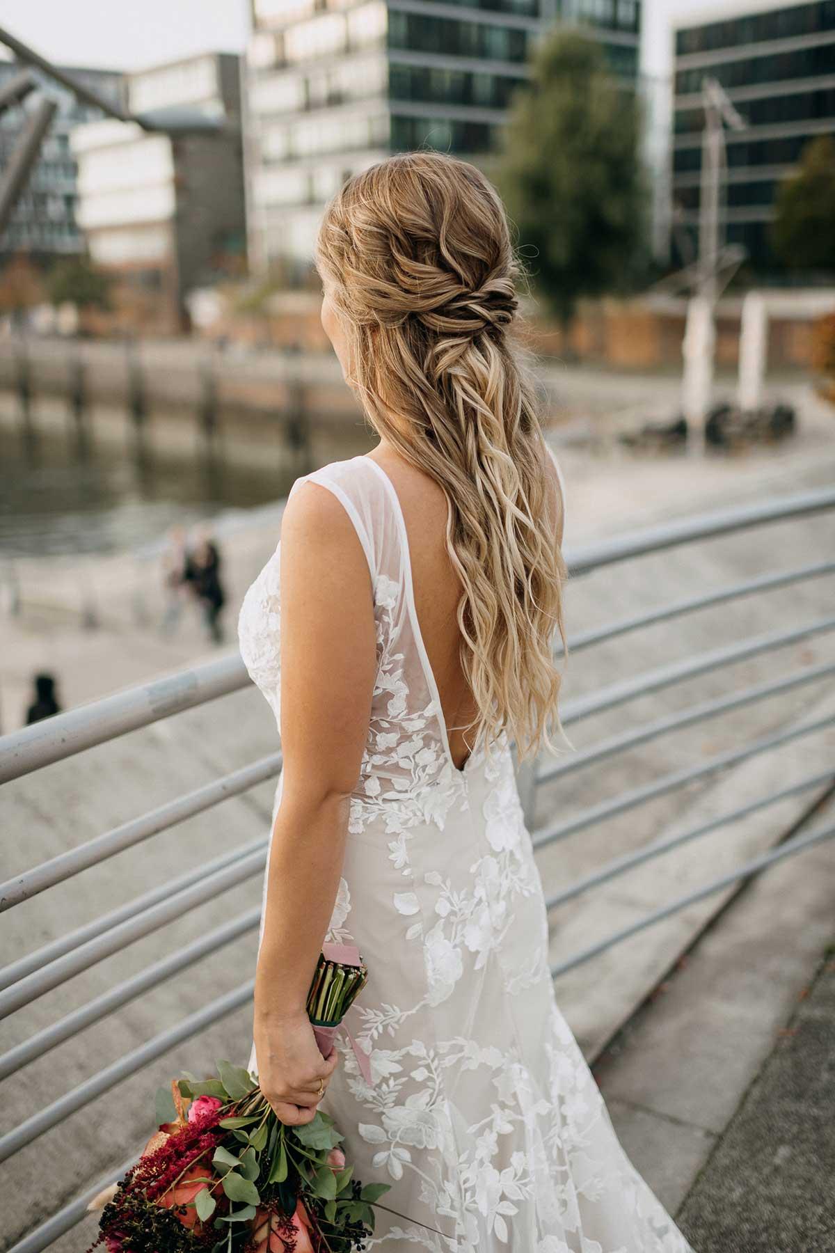 Braut mit Brautstrauß beim Fotoshooting in Hamburg