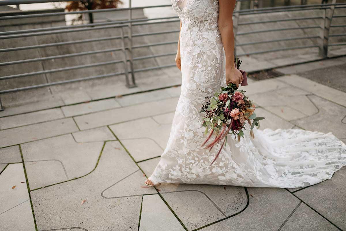 Braut mit Brautstrauß beim Fotoshooting in der Hafencity