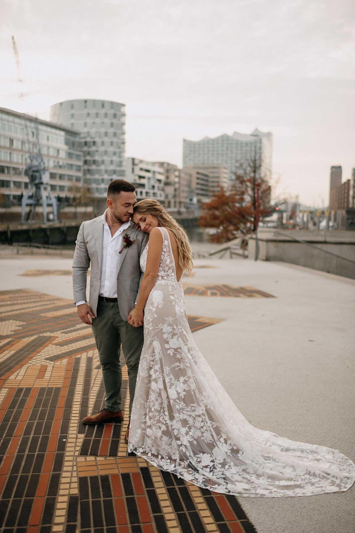 Braut und Bräutigam beim Paar-Fotoshooting in der Hafencity