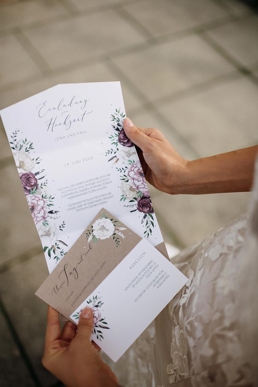 Braut liest Pocketfold Einladung zur Hochzeit