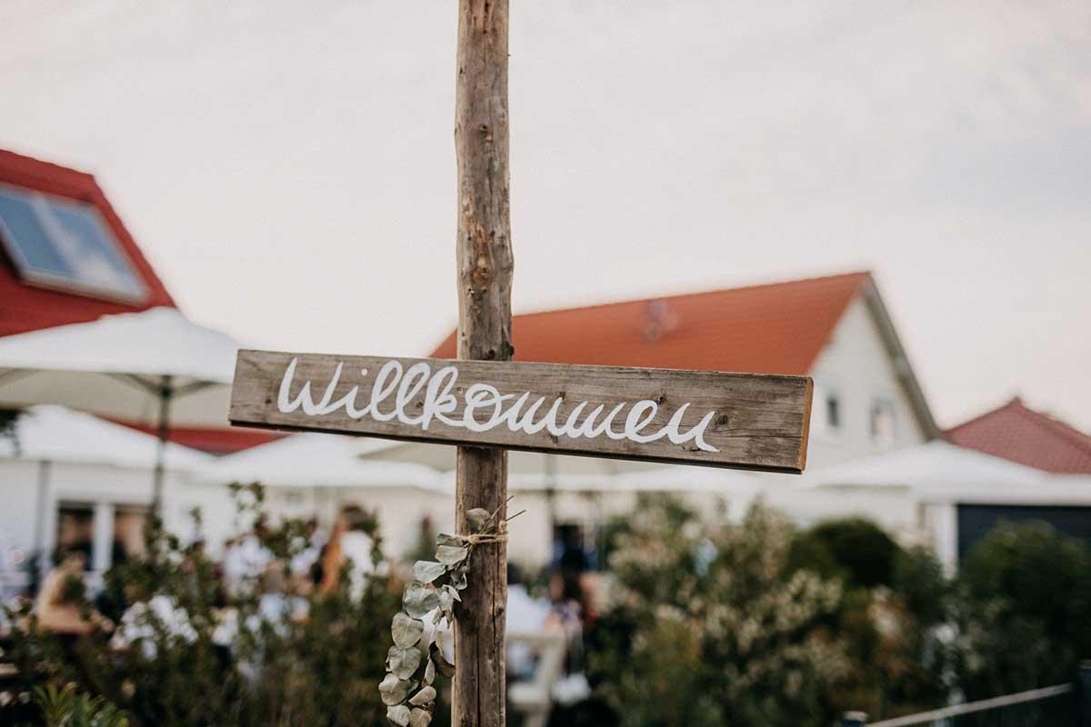 Willkommen-Schild bei der Gartenhochzeit