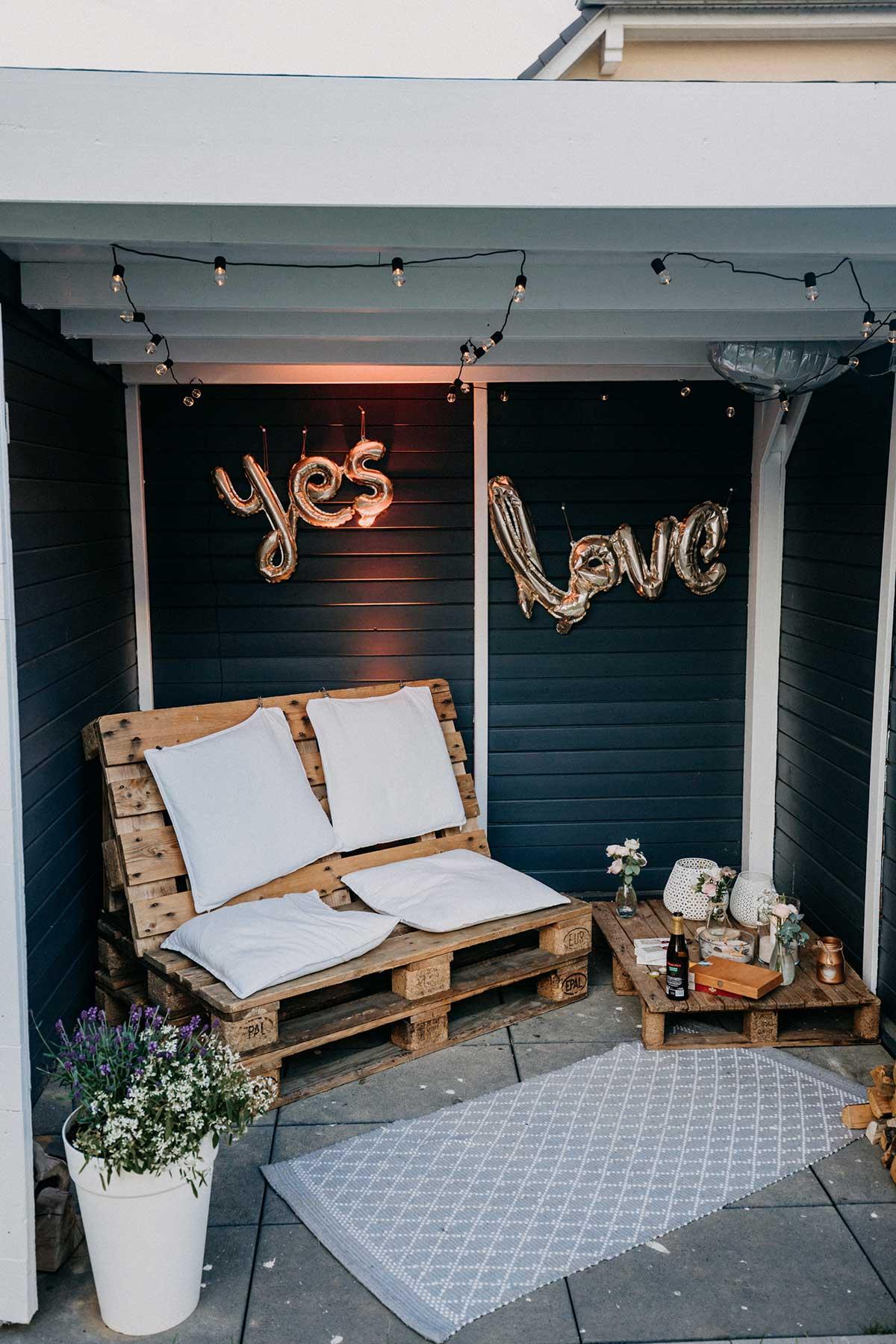 Sitzgelegenheit für die Gäste bei der Hochzeit im Garten