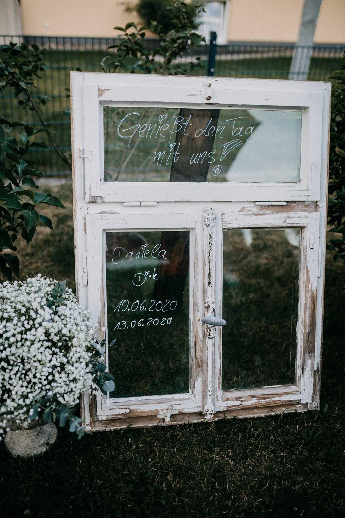 Altes Fenster zur Dekoration der Hochzeitsfeier