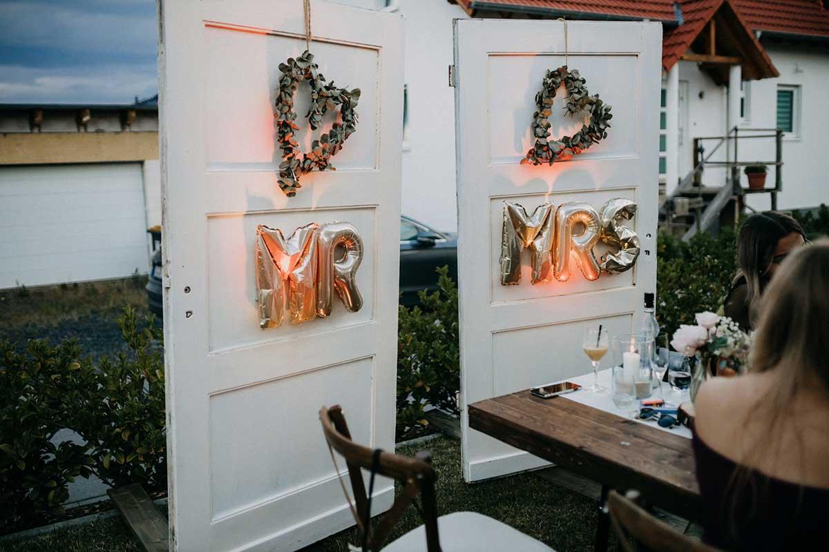 Alte Türen zur Dekoration bei der Hochzeit