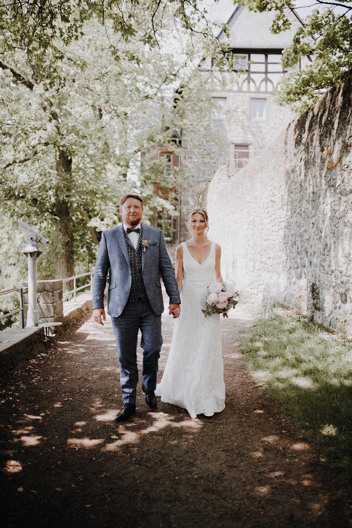 Braut und Bräutigam auf dem Weg zur Trauung