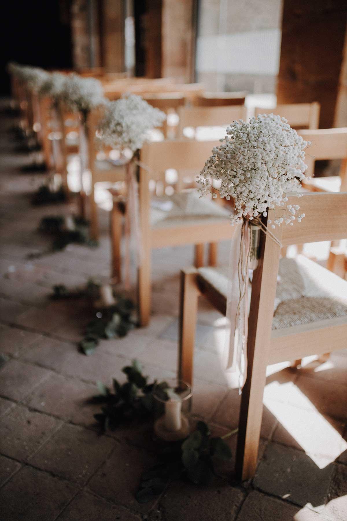Gesteck aus Schleierkraut als Dekoration in der Kirche
